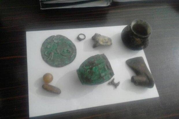 کشف ۹ قلم شیء تاریخی از حفاران غیرمجاز در لرستان