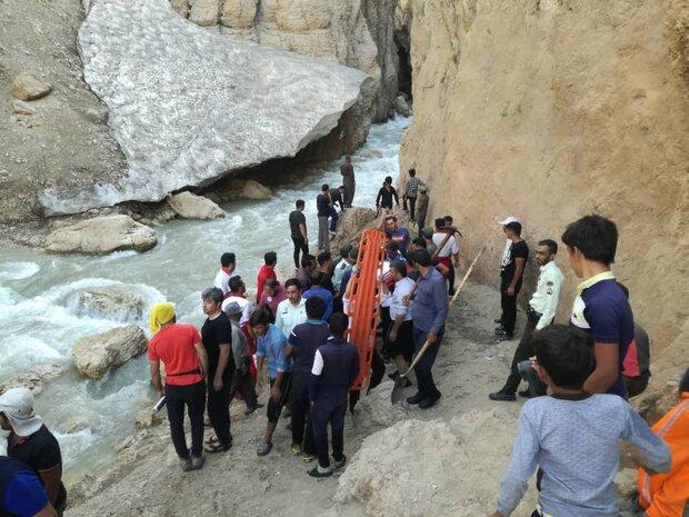 جستوجو در کوهی از یخ و برف/ امداد و نجات ۳ ساعته در غار چما
